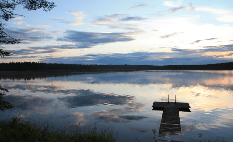 Juha Pakarinen tykkää rentoutua vapaa-ajallaan kotiseudun järvimaisemissa.