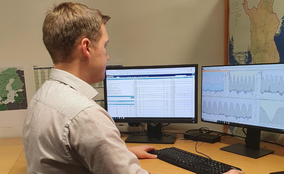 Antti Rautiainen on yksi PKS:n asiantuntijoista, jonka työhön kuuluu olennaisena osana seurata sähkön hinnan kehittymistä.