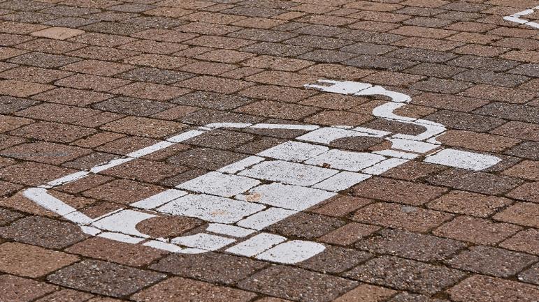 Sähköautojen lataaminen taloyhtiöissä – huomioi nämä asiat