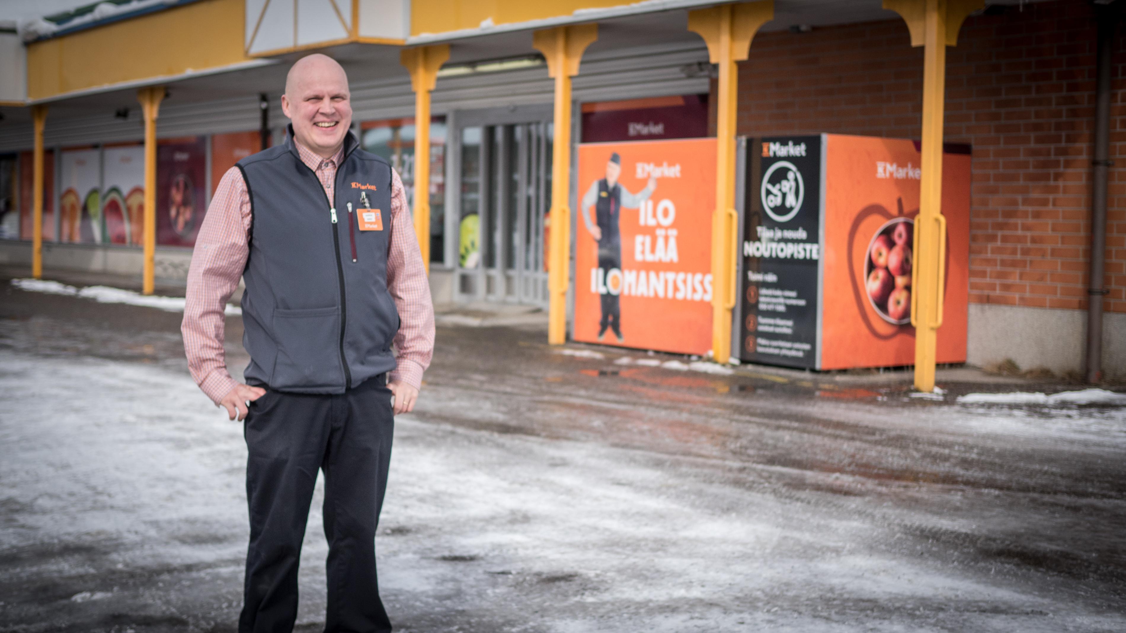 K-Market Ilomantsin kauppias Marko Tolvaselle on tärkeää, että vastuullisesti tuotettua sähköä voi ostaa suoraan paikalliselta toimijalta | PKS
